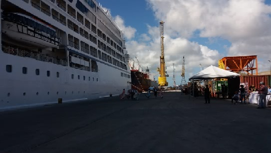 Foto do transatlântico atracado no Porto de Rio Grande
