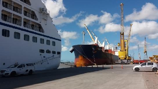 A foto mostra o transatlântico atracado no Porto do Rio Grande onde os alunos do ILA participaram da recepção aos turistas