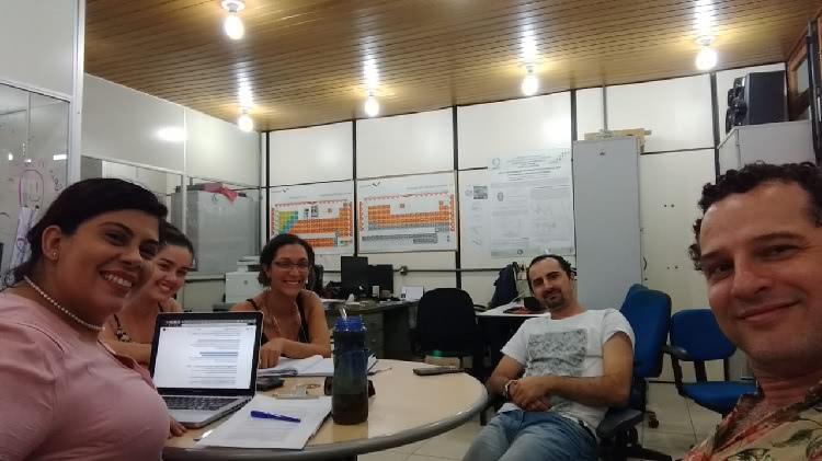 A foto mostra a professora Vânia Lima junto com a estudante participando de uma reunião de trabalho durante o evento na Universidade Federal do Amazonas.