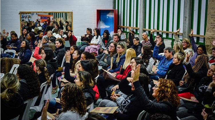 Imagem mostra participantes do congresso reunidos em cerimônia de abertura do evento