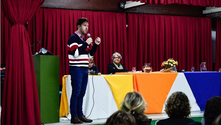 Imagem mostra André Lemes durante sua fala