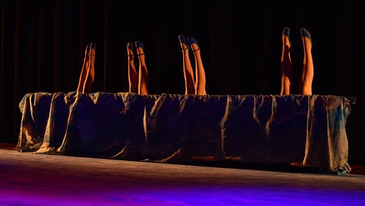 Imagem mostra apenas as pernas de dançarinas durante coreografia