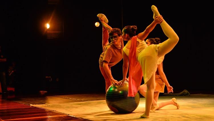 Imagem mostra dois bailarinos durante coreografia