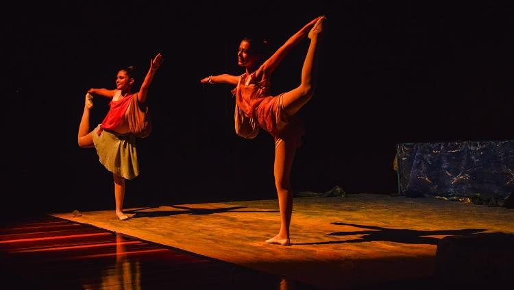 Imagem mostra duas bailarinas em movimento típico do balé