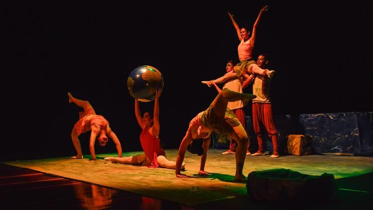 Imagem mostra vários dançarinos em pose durante apresentação