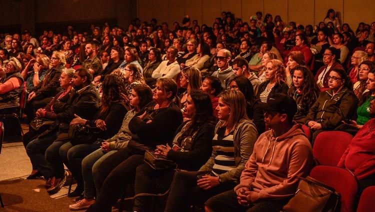 Imagem mostra em detalhe o público presente