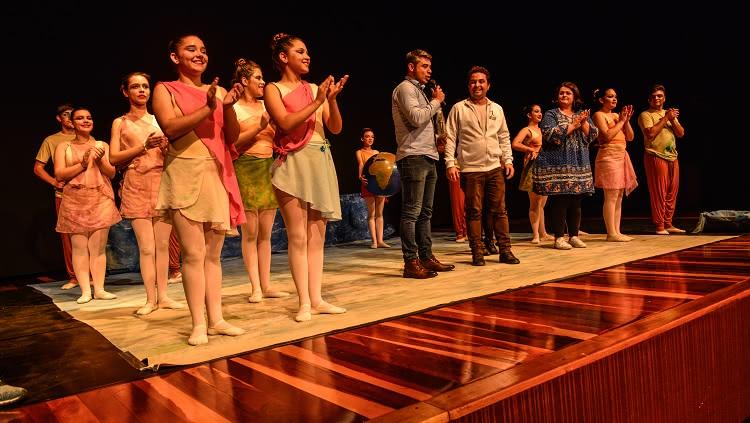 Imagem mostra bailarinos durante aplausos, ao fim de sua apresentação