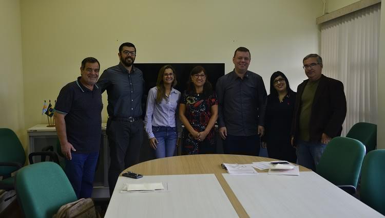 Na foto, os quatro novos servidores posam ao lado da reitora, do pró-reitor de Infraestrutura e do diretor da Escola de Engenharia.