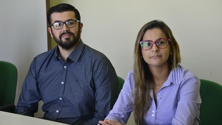 A foto mostra os novos servidores Michele Larrossa, engenheira civil, e Pablo Guedes, docente do Iceac.