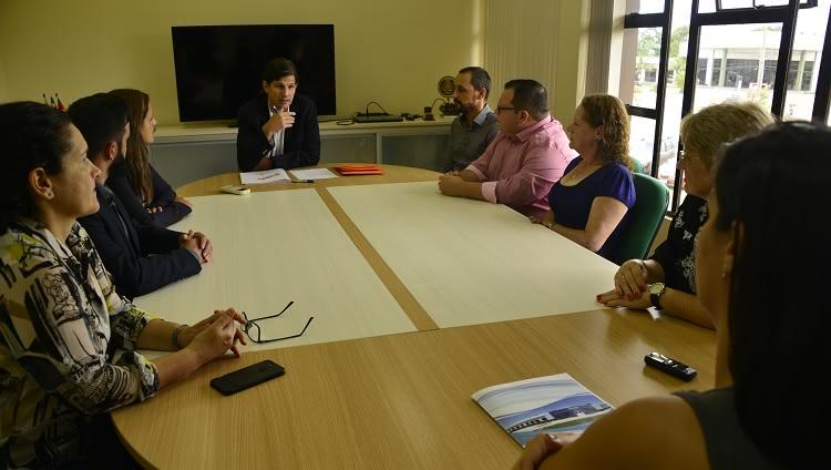 Novos servidores sendo empossados pelo vice-reitor Danilo Giroldo