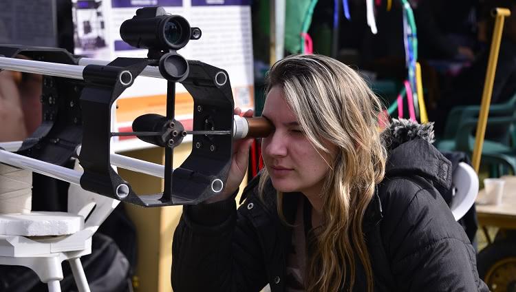 A imagem mostra uma pessoa utilizando um dos equipamentos disponíveis na mostra