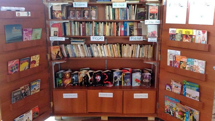 Armário que contém livros para o projeto Troca de Livros fica no Centro de Convivência.