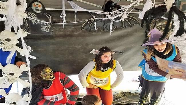 Voluntários fantasiados participando da Tenda do Terror, parte da Oficina de Contação que ocorreu na 45ª Feira do Livro da FURG, em 2018.