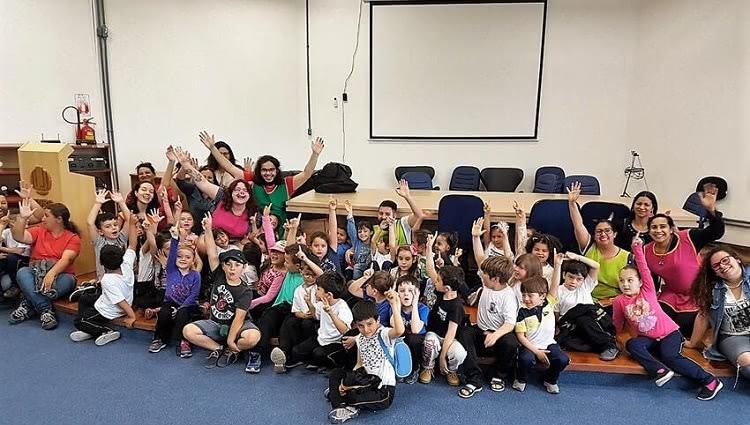Voluntários e crianças se divertem em atividade proposta pelo programa.