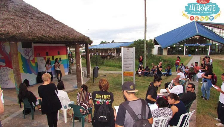Alunos realizando atividade do programa nos arredores do Centro de Convivência da FURG.