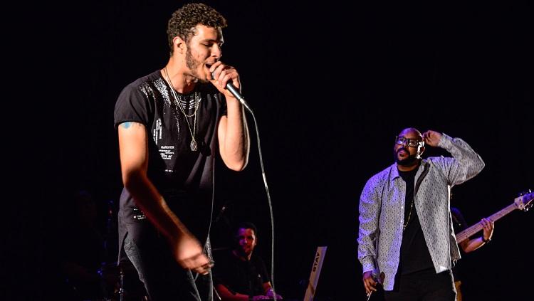O primeiro rapper freestyle que se apresentou segurando o microfone. Ao fundo, Vagnotreta