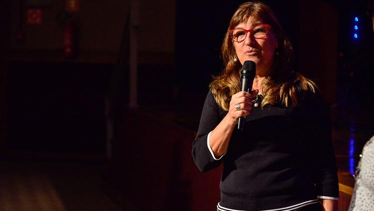 A reitora Cleuza Dias aparece na foto falando ao microfone