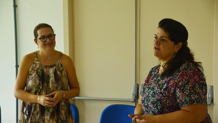 Duas mulheres dialogando na roda de conversa.