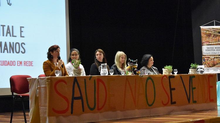 A foto mostra a composição da mesa de abertura do evento.