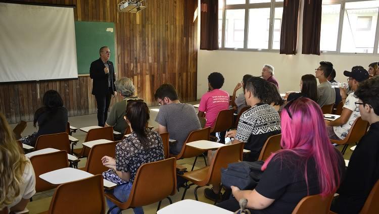 Pró-reitor de Graduação, Renato Duro Dias, ministrando palestra