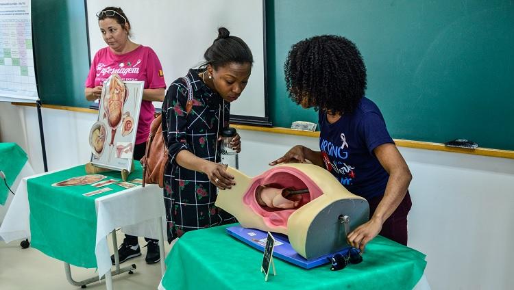 Imagem mostra estudantes da universidade apresentando equipamentos de ensino