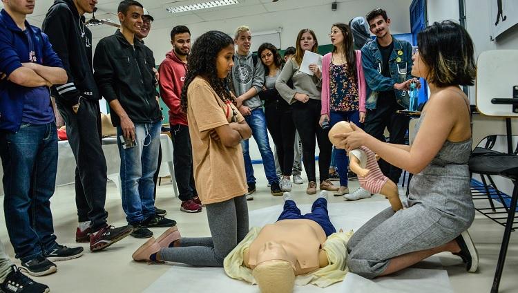 Estudantes ensinam técnicas de reanimação