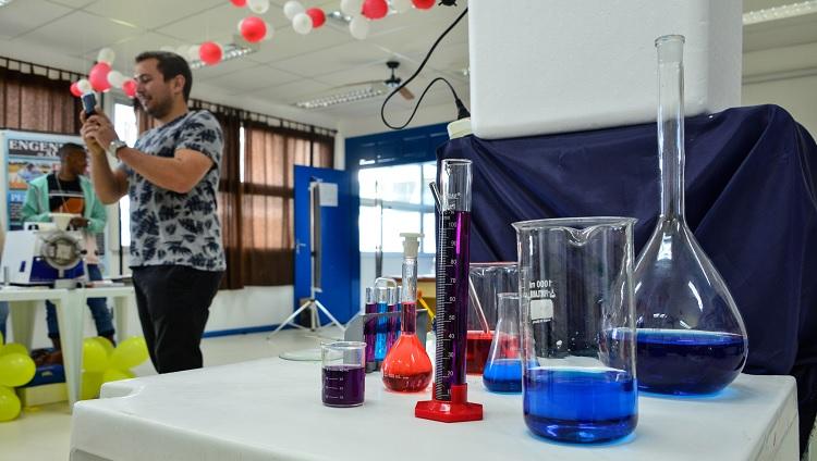 Imagem foca em vidrarias de laboratório