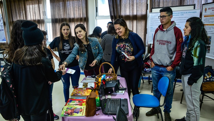Imagem mostra estudantes da universidade apresentando equipamentos a grade curricular de seus cursos