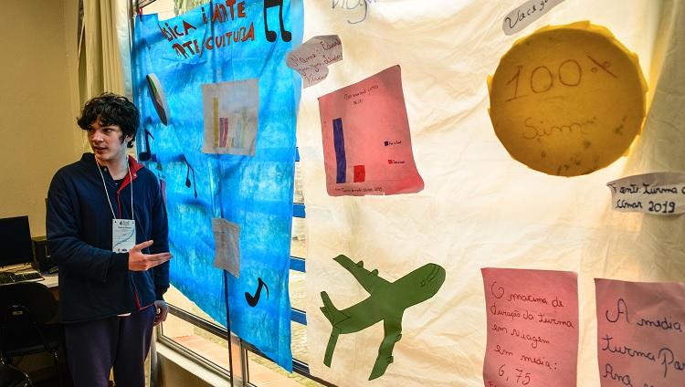 Um dos estudantes em meio a apresentação do seu trabalho sobre música.