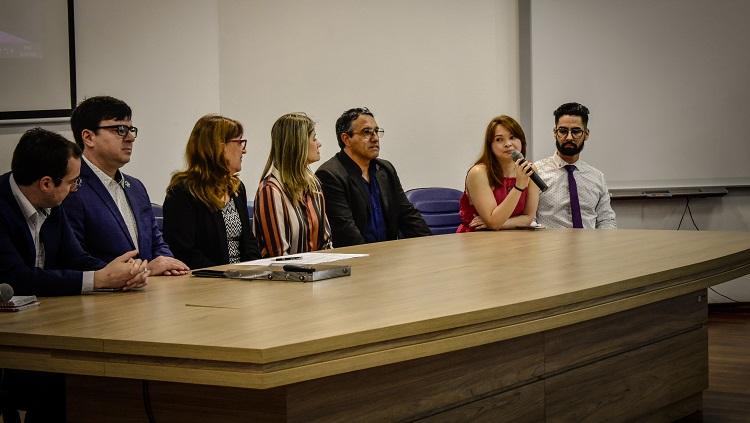 Imagem mostra sete pessoas, parte da composição da mesa de abertura