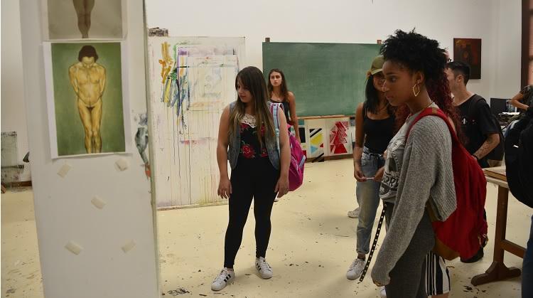 Estudantes são recebidos no prédio das Artes Visuais