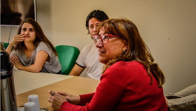 Imagem destaca a interação da Reitora ao recepcionar os estudantes