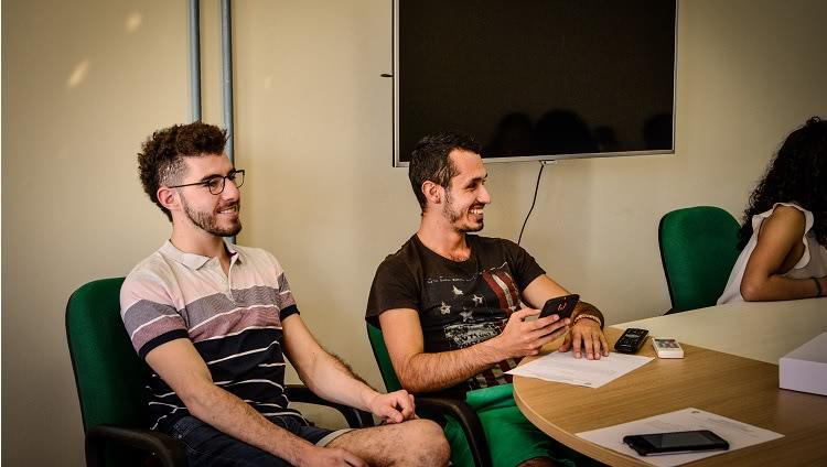 Imagem destaca dois estudantes internacionais em momento de descontração