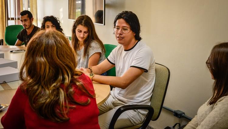 Imagem destaca estudante durante fala de introdução