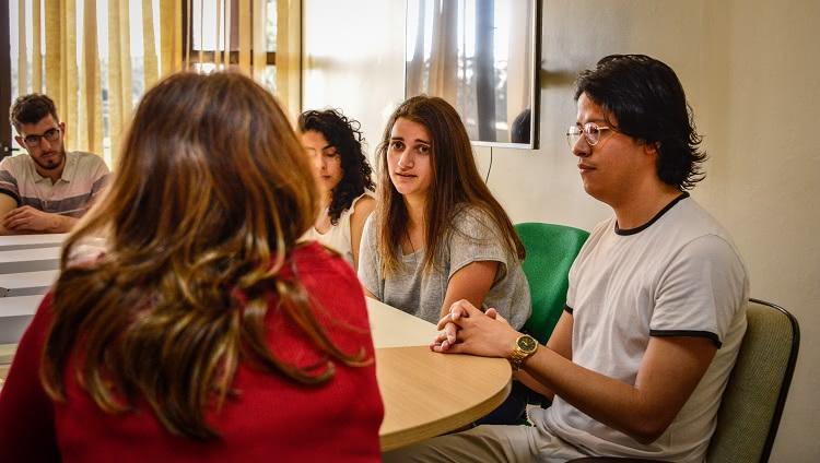 Imagem destaca estudante argentina durante sua apresentação