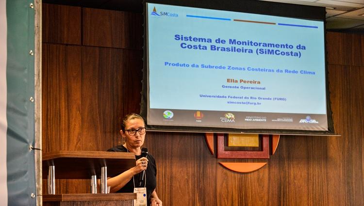 Imagem mostra uma das palestrantes durante sua apresentação