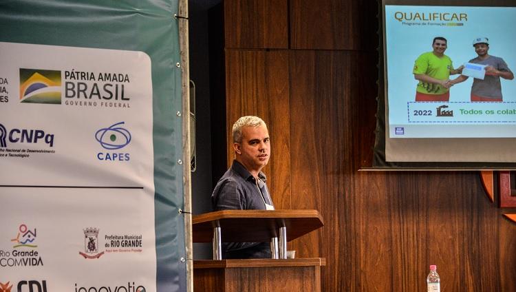 Imagem mostra um dos palestrantes durante sua apresentação