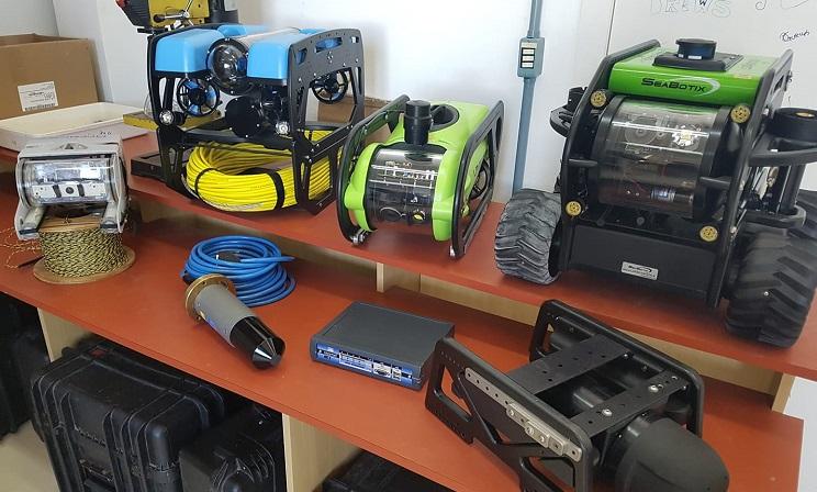 A foto mostra uma mesa com equipamentos de laboratório utilizados para pesquisas na área da computação e robótica.