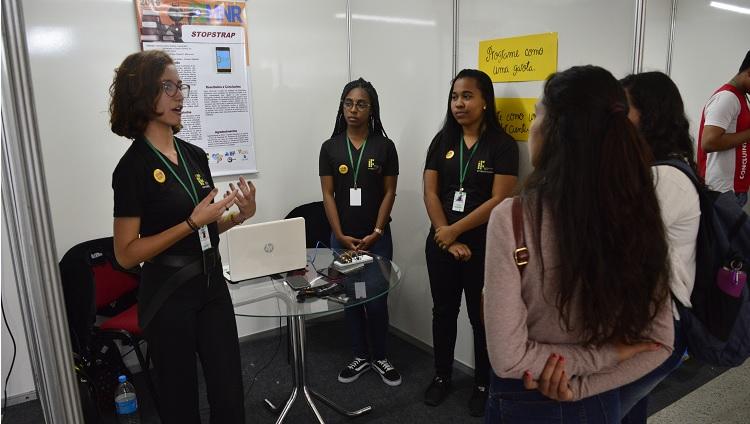 Imagem mostra meninas apresentando seu trabalho