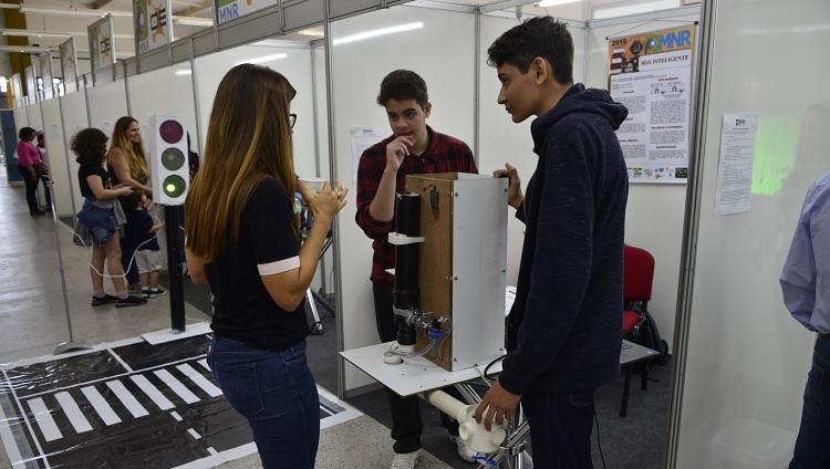 Imagem mostra jovens utilizando equipamento em apresentação