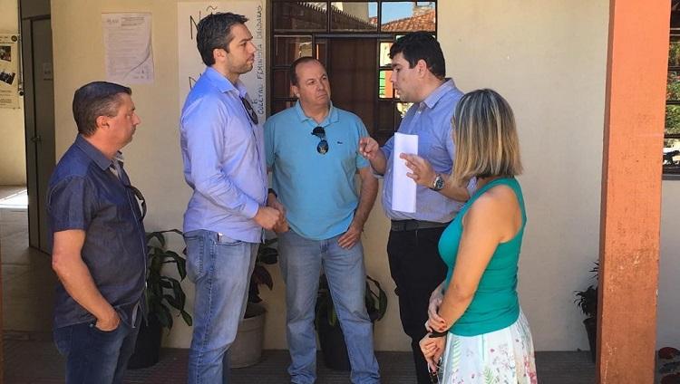No pátio interno do campus São Lourenço do Sul, o diretor do campus parece explicar algo aos três integrantes da comitiva do PSDB. Ao lado do diretor do campus, está a vice-diretora.